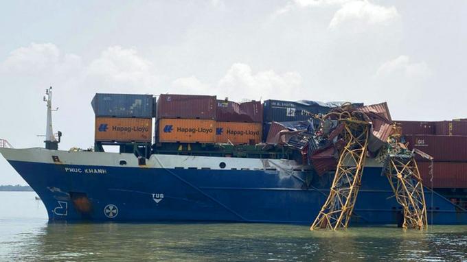 hình ảnh tàu container sau khi đâm gãy cẩu cầu Phước Khánh