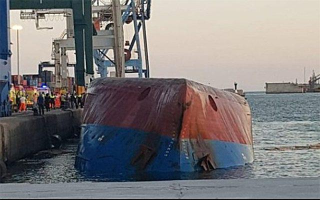 Tàu trung chuyển Container bị lật tại cầu tàu ở cảng Castellón