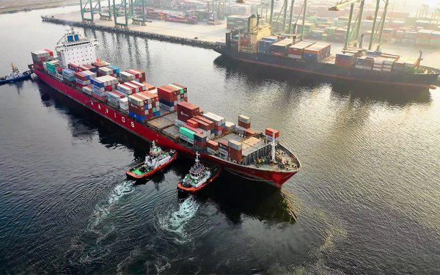 container cập cảng với sự hỗ trợ của tàu lai